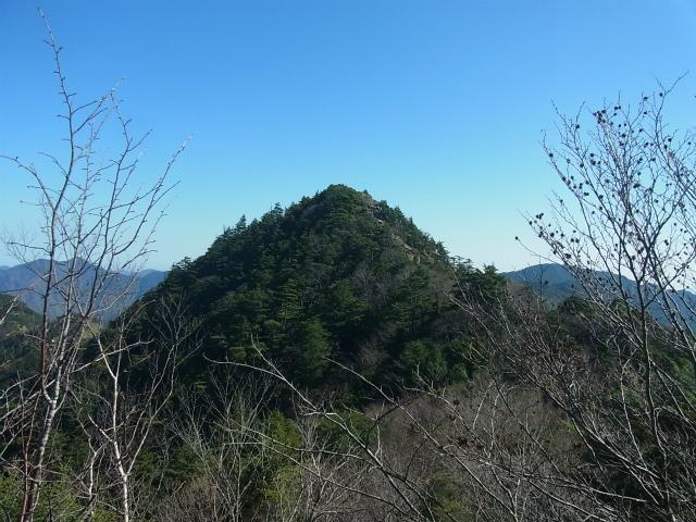 笠取山~唐松尾山~御殿岩 登山口コースガイド 稜線からの御殿岩【登山口ナビ】