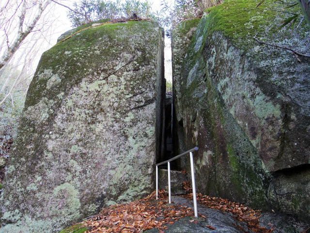 石割山(石割神社) 登山口コースガイド 御神体の大岩割れ目【登山口ナビ】