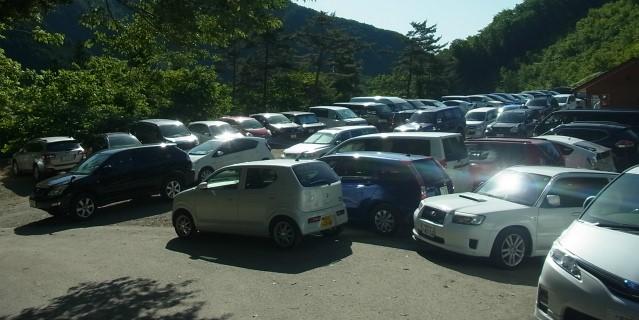 満車の小袖乗越駐車場【登山口ナビ】