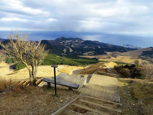 三筋山(天城三筋山遊歩道) ベンチとカメラ台【登山口ナビ】