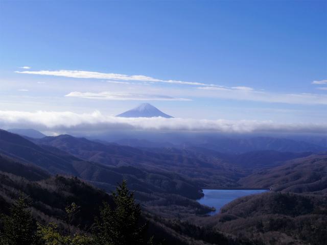 大菩薩嶺(富士見新道) 登山口コースガイド 露岩の上からの眺望【登山口ナビ】