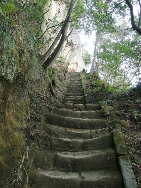 高宕山(石射太郎コース)登山口コースガイド 高宕観音の階段【登山口ナビ】