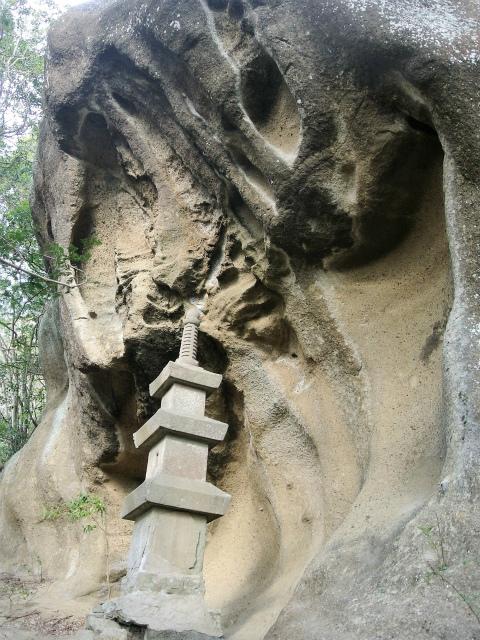 高宕山(石射太郎コース)登山口コースガイド 高宕観音の仏塔【登山口ナビ】