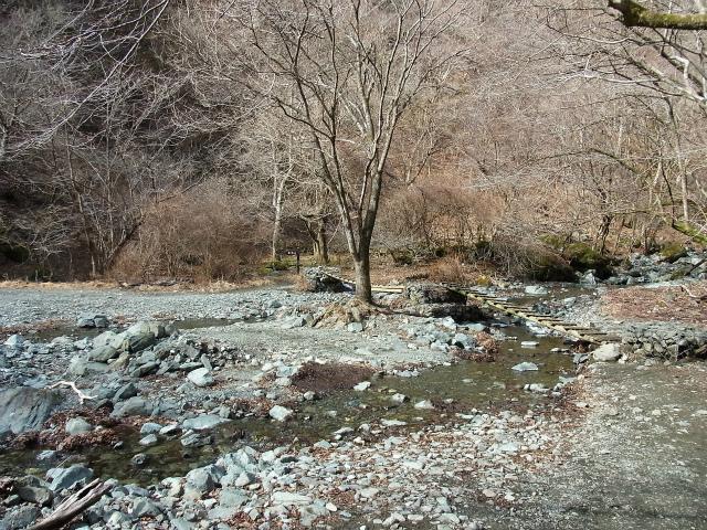 鍋割山(二俣~後沢乗越コース)コースガイド 西山林道 二俣の丸太橋【登山口ナビ】