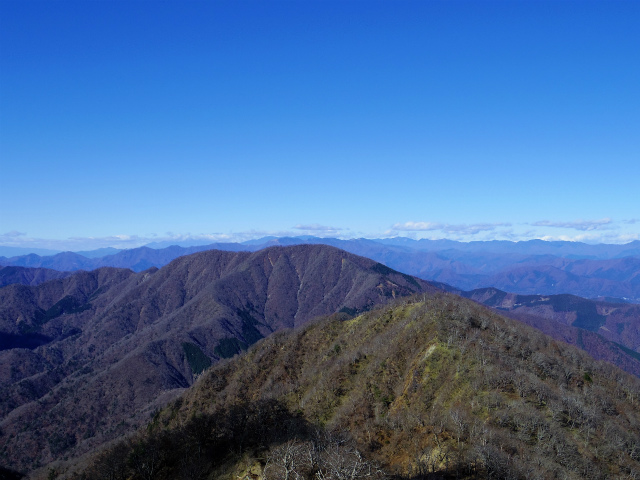 檜洞丸(日陰沢~犬越路コース) 登山口コースガイド 山頂西側から大室山や奥秩父の眺望【登山口ナビ】