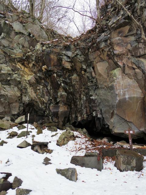 茅ヶ岳(深田記念公園~女岩コース) 登山口コースガイド 女岩の水場【登山口ナビ】