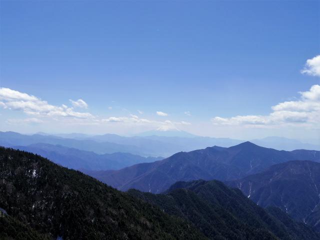 甲武信ヶ岳(近丸新道コース)登山口コースガイド 山頂直下のガレ場からの富士山【登山口ナビ】