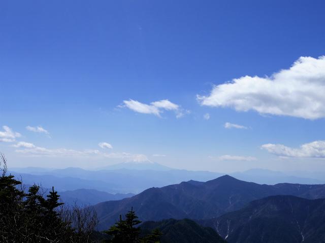 甲武信ヶ岳(近丸新道コース)登山口コースガイド 甲武信ヶ岳山頂からの富士山・黒金山の眺望【登山口ナビ】