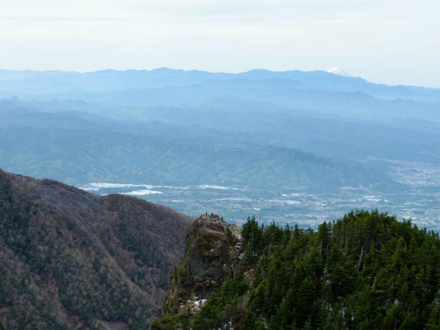 黒斑山(表コース・中コース) 登山口コースガイド 黒斑山の崖側からのトーミの頭【登山口ナビ】