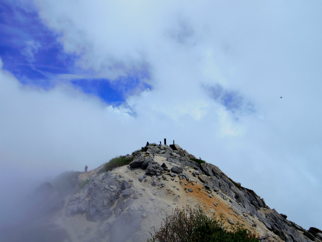 甲斐駒ヶ岳(黒戸尾根)登山口コースガイド 山頂からの西峰と駒ヶ嶽神社奥社【登山口ナビ】