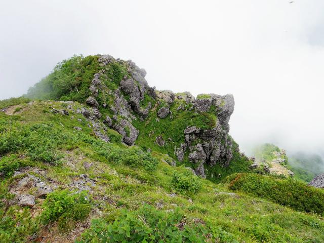 八ヶ岳・赤岳(天狗尾根) 登山口コースガイド P2峰手前のテラス【登山口ナビ】