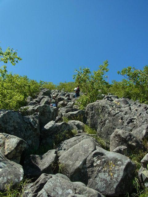 蓼科山(大河原峠~天祥寺原周回) 登山口コースガイド 山頂直下の大岩の急登【登山口ナビ】