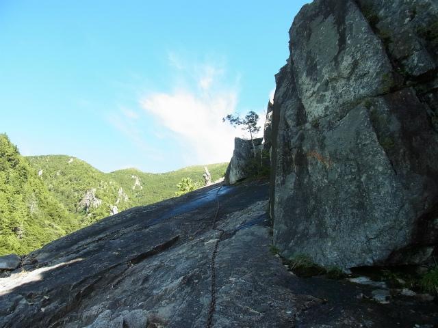 金峰山・五丈石(アコウ平~表参道)登山口コースガイド 岩壁直下のテラス【登山口ナビ】