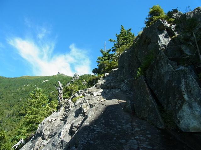 金峰山・五丈石(アコウ平~表参道)登山口コースガイド テラスからの五丈石【登山口ナビ】