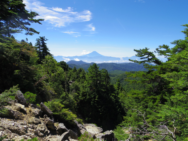 金峰山・五丈石(アコウ平~表参道)登山口コースガイド 崩壊地上部からの富士山【登山口ナビ】