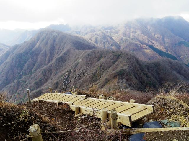 蛭ヶ岳(源蔵尾根~臼ヶ岳)登山口コースガイド 山頂直下の崩落地上部【登山口ナビ】