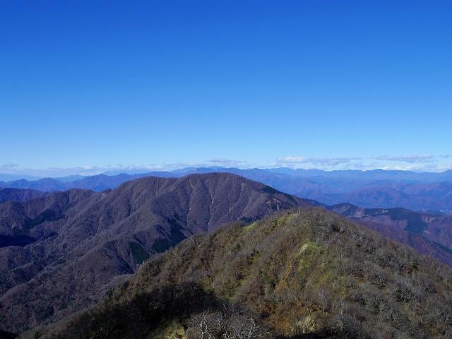 檜洞丸(板小屋沢~石棚山稜)登山口コースガイド 山頂からの大室山と奥秩父の山々【登山口ナビ】