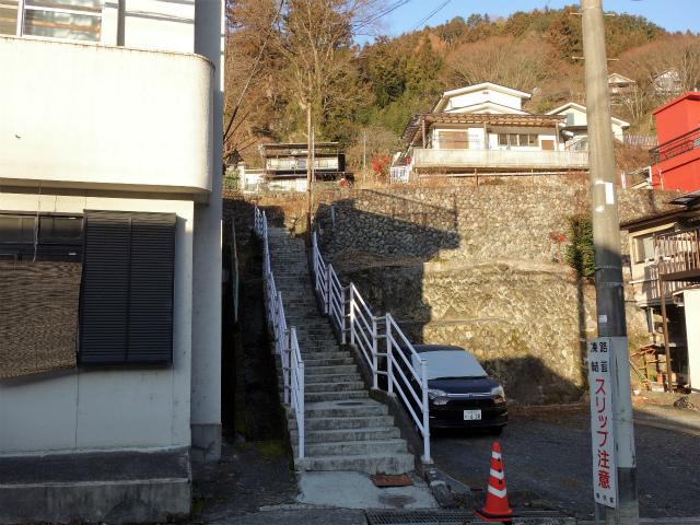 鷹ノ巣山(六ツ石山~石尾根縦走路)登山口コースガイド 元巣の森のスギ入口階段【登山口ナビ】