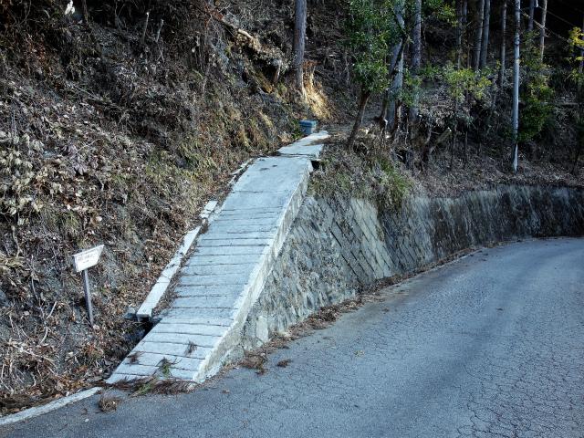 鷹ノ巣山(六ツ石山~石尾根縦走路)登山口コースガイド 小中沢林道から神社への分岐【登山口ナビ】