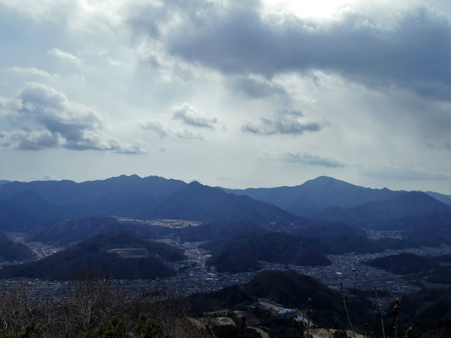 高川山(男坂/女坂~沢コース)登山口コースガイド 高川山山頂から都留市街と道志山塊の眺望【登山口ナビ】