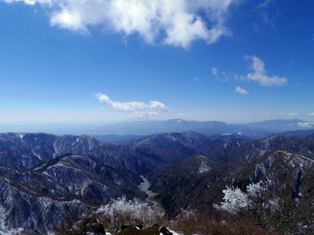 蛭ヶ岳(八丁坂ノ頭~姫次)コースガイド 蛭ヶ岳山頂からのユーシン・熊木沢渓谷と箱根【登山口ナビ】