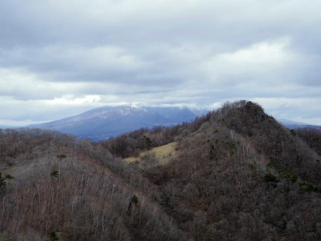 曲岳・黒富士(観音峠大野山林道コース)登山口コースガイド 山頂直下の展望台からの升形山・八ヶ岳【登山口ナビ】