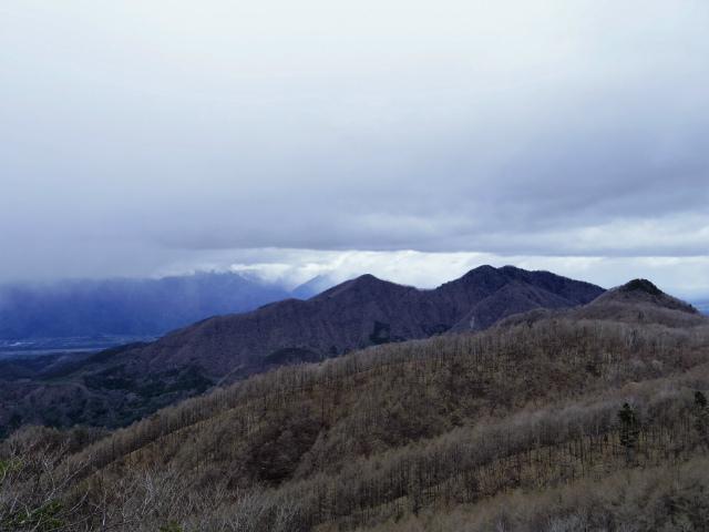 曲岳・黒富士(観音峠大野山林道コース)登山口コースガイド 山頂直下の展望台からの曲岳・茅ヶ岳【登山口ナビ】