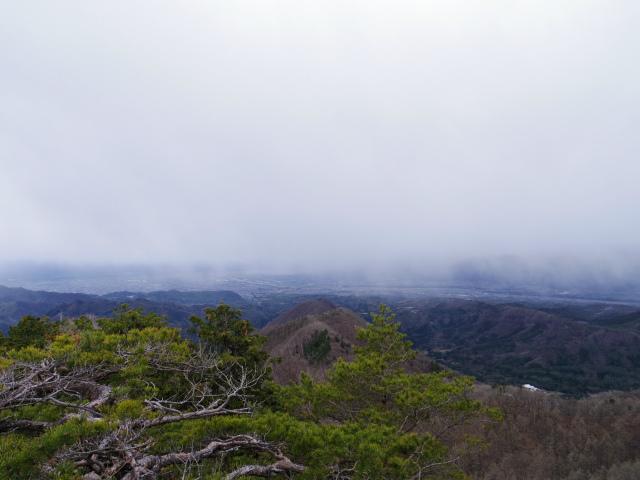 曲岳・黒富士(観音峠大野山林道コース)登山口コースガイド 黒富士山頂の展望台からの甲府盆地【登山口ナビ】