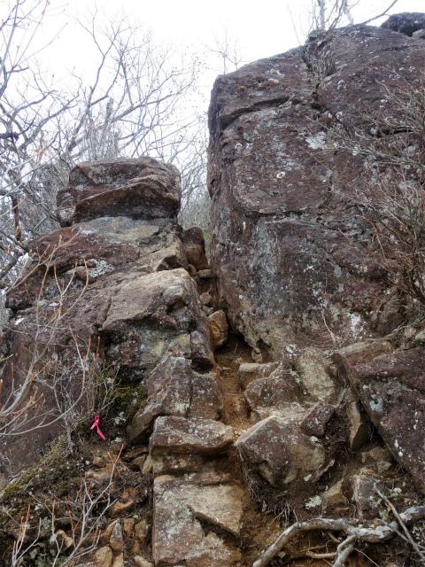曲岳・黒富士(観音峠大野山林道コース)登山口コースガイド 岩の割れ目【登山口ナビ】
