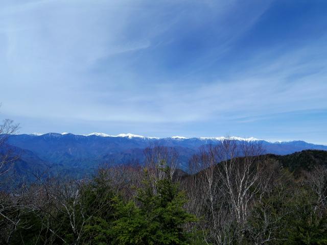 毛無山(不動の滝コース)登山口コースガイド 稜線分岐の岩の展望台からの南アルプス【登山口ナビ】