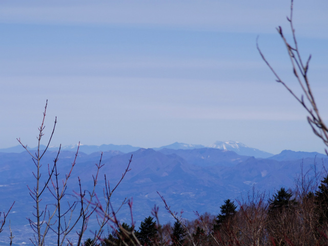 毛無山(不動の滝コース)登山口コースガイド 稜線分岐の岩の展望台からの浅間山【登山口ナビ】