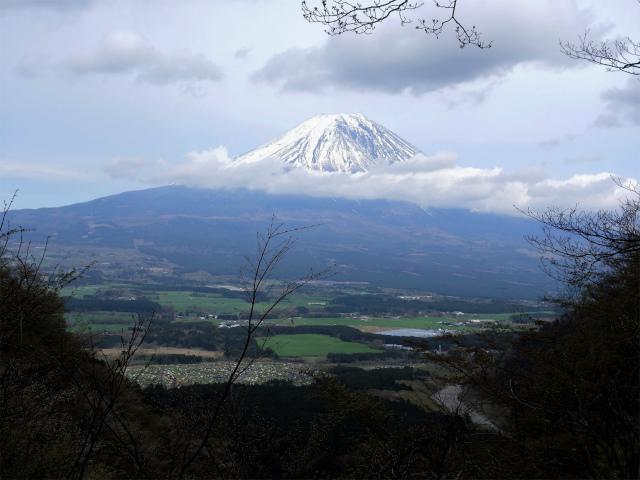 毛無山(地蔵峠コース)登山口コースガイド 谷間からの富士山【登山口ナビ】