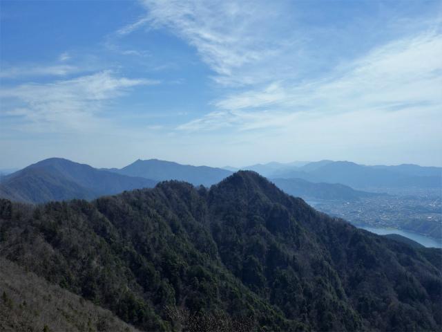 鬼ヶ岳(雪頭ヶ岳~鍵掛峠周回)登山口コースガイド 中間ピークからの三ツ峠の眺望【登山口ナビ】