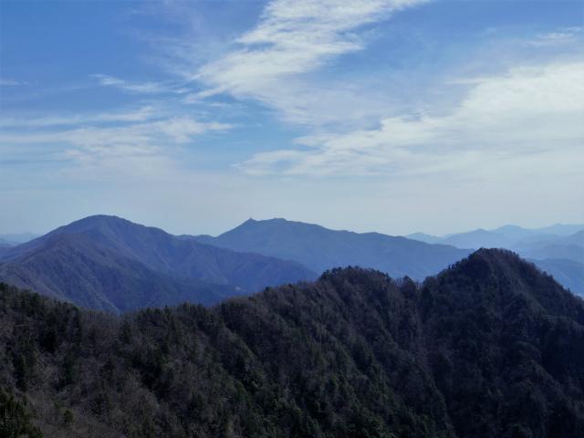 鬼ヶ岳(雪頭ヶ岳~鍵掛峠周回)登山口コースガイド 鬼ヶ岳山頂からの三ツ峠の眺望【登山口ナビ】