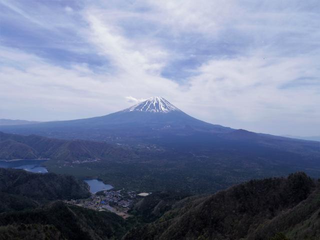 王岳(西湖根場~鍵掛峠周回)登山口コースガイド 稜線の露岩展望台からの西湖・富士山【登山口ナビ】