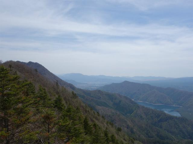 王岳(西湖根場~鍵掛峠周回)登山口コースガイド 稜線の露岩展望台からの鬼ヶ岳・河口湖【登山口ナビ】