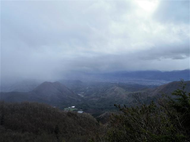 曲岳・黒富士(観音峠大野山林道コース)登山口コースガイド 山頂直下の展望台からの太刀岡山【登山口ナビ】