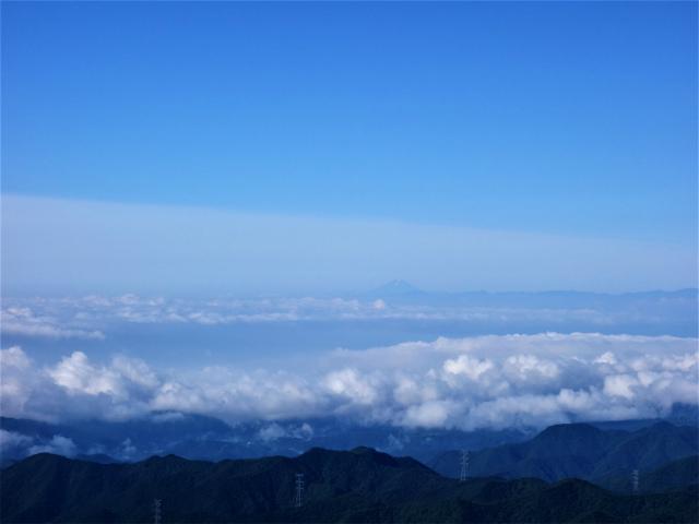 袈裟丸山(郡界尾根~後袈裟~奥袈裟)登山口コースガイド 後袈裟丸山頂手前の岩の展望台からの富士山【登山口ナビ】