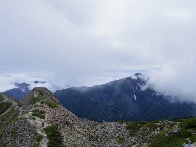 仙丈ヶ岳(北沢峠~小仙丈尾根)登山口コースガイド 仙丈ヶ岳山頂からの北岳と富士山【登山口ナビ】