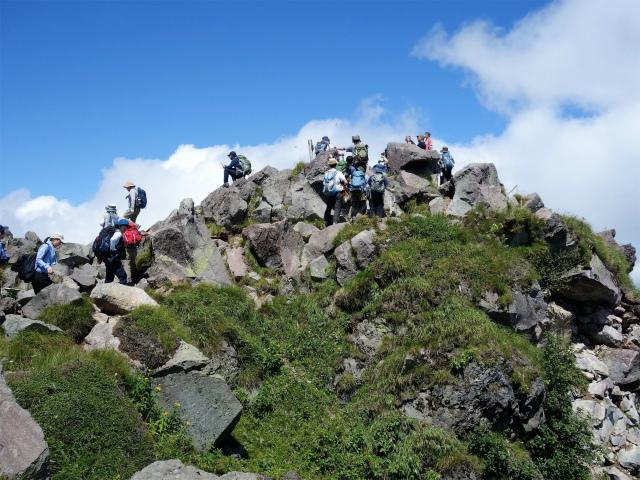 日光白根山(ロープウェイ山頂駅コース) 登山口コースガイド 山頂直下の岩場【登山口ナビ】