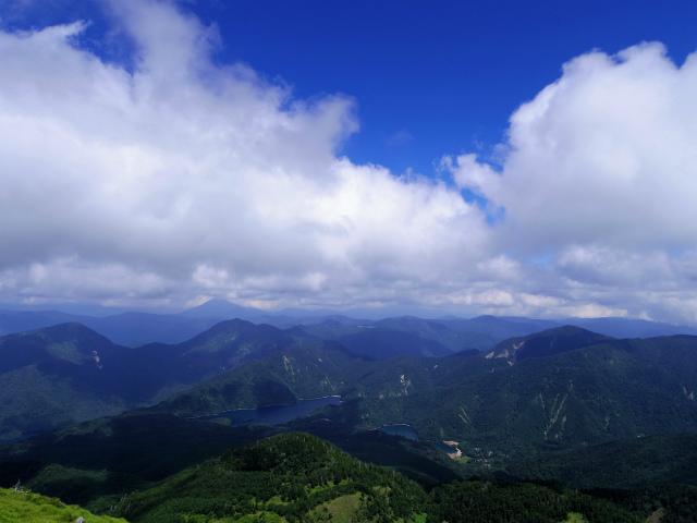 日光白根山(ロープウェイ山頂駅コース) 登山口コースガイド 山頂から丸沼と燧ヶ岳の眺望【登山口ナビ】