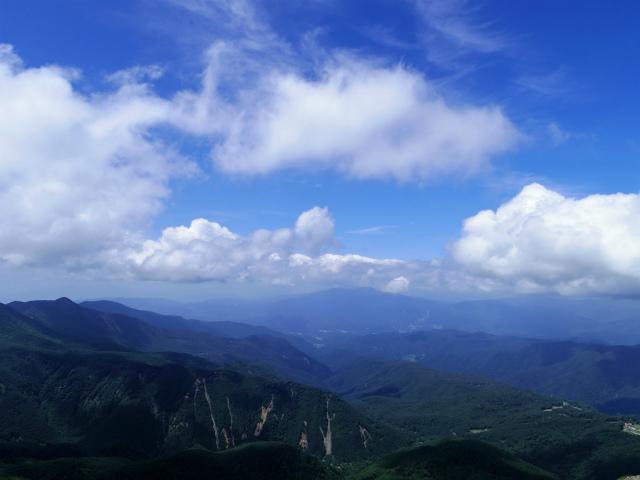 日光白根山(ロープウェイ山頂駅コース) 登山口コースガイド 砂礫の道からの武尊山方面の眺望【登山口ナビ】