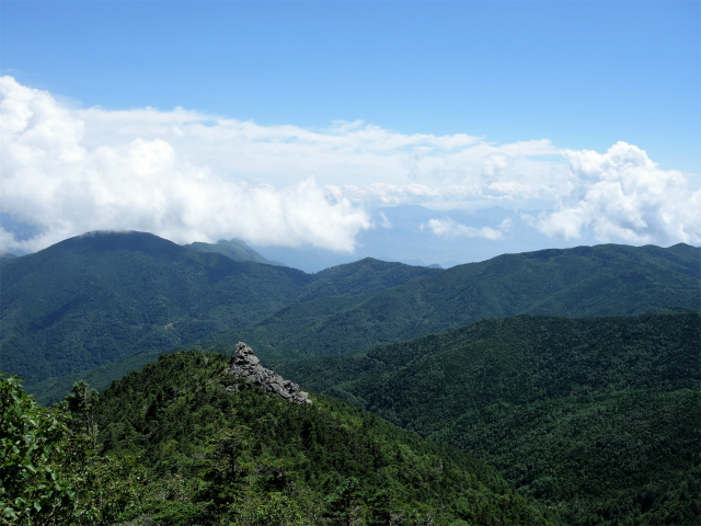 国師ヶ岳(天狗尾根) 登山口コースガイド 岩場から天狗岩を見下ろす【登山口ナビ】