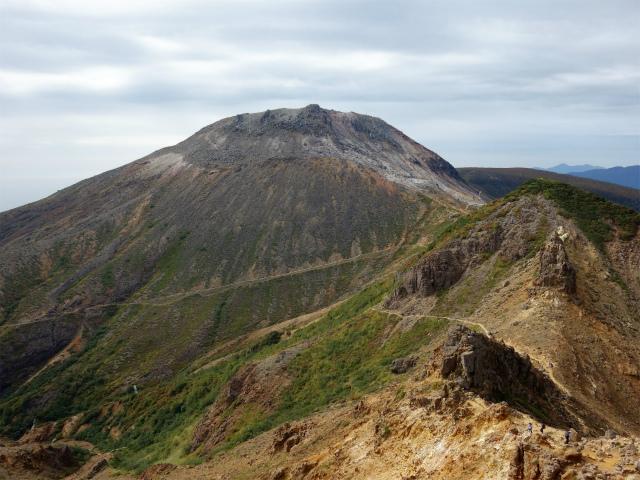 那須岳(朝日岳~姥ヶ平) 登山口コースガイド 稜線からの茶臼岳【登山口ナビ】