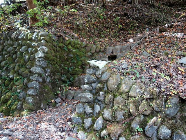 鷹ノ巣山(浅間尾根)登山口コースガイド 石積擁壁【登山口ナビ】