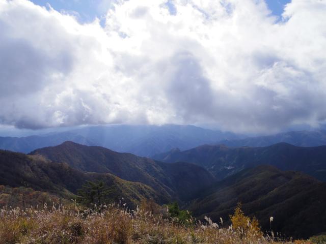 鷹ノ巣山(浅間尾根)登山口コースガイド 鷹ノ巣山山頂からの三頭山の眺望【登山口ナビ】