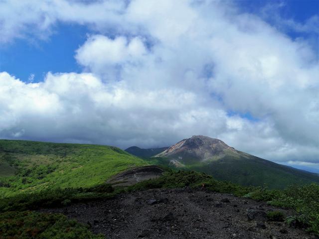南月山(沼原~白笹山)登山口コースガイド 南月山山頂からの茶臼岳【登山口ナビ】