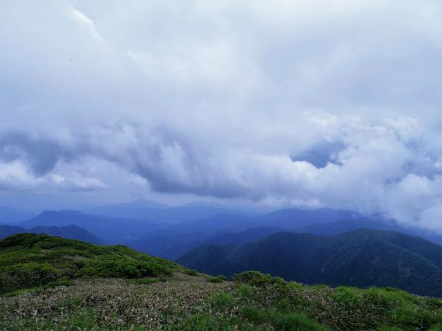 平標山/仙ノ倉山(松手山コース)登山口コースガイド 仙ノ倉山山頂から榛名山方面の眺望【登山口ナビ】
