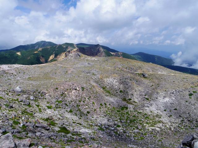 那須岳(茶臼岳~姥ヶ平)登山口コースガイド 山頂からの火口と朝日岳【登山口ナビ】