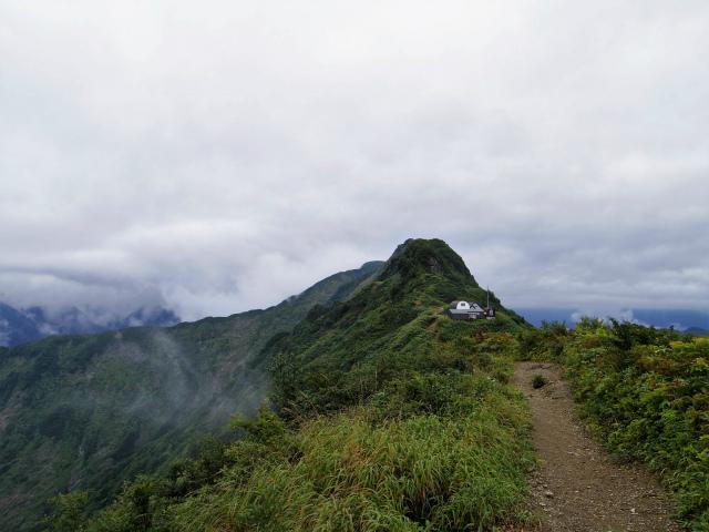 八海山(薬師岳~八ツ峰~入道岳)薬師岳山頂からの地蔵岳【登山口コースガイド】